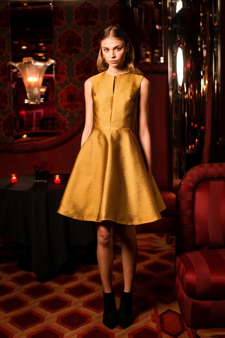 Золотистое платье А-силуэта – фото новинки моды 2017 в коллекции Josie Natori