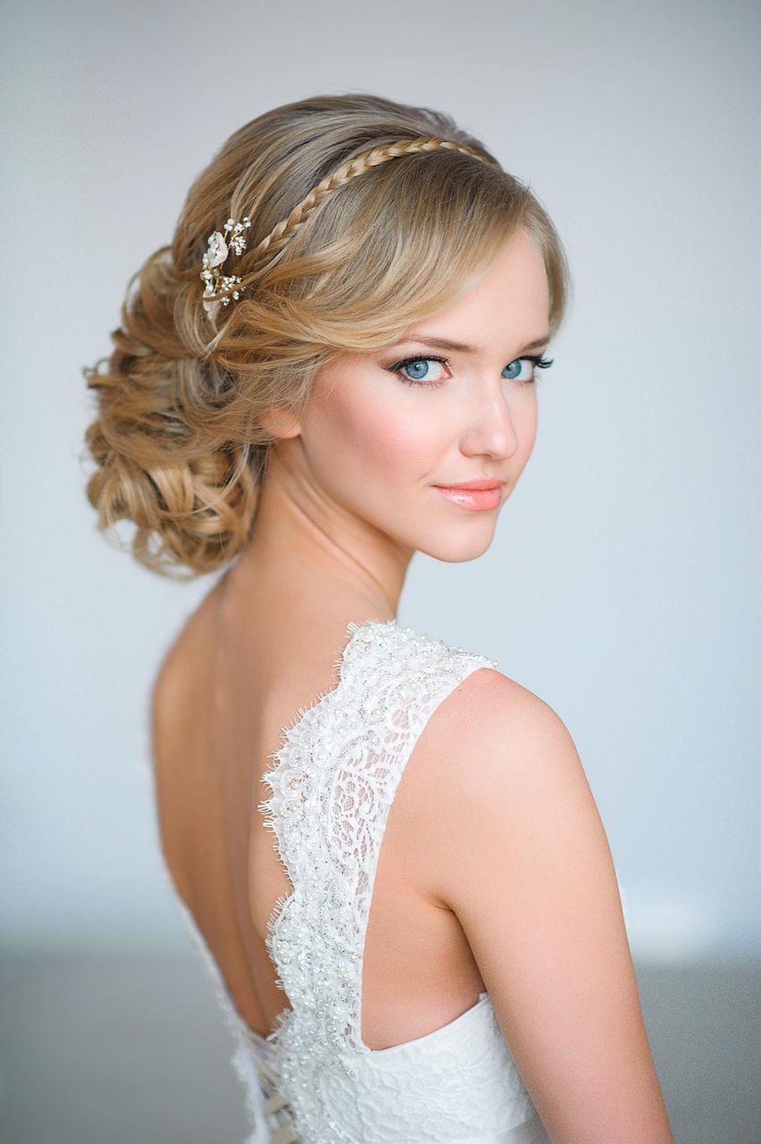 На фото: свадебная прическа с крупными локонами и косой в виде ободка.