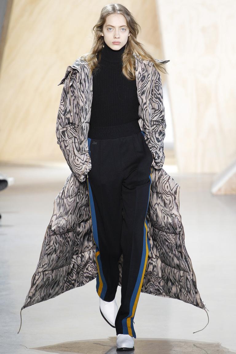 На фото: ультра-длинные пальто осень-зима 2016-2017 из коллекции Lacoste.