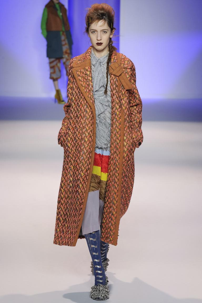 На фото: стильное классическое пальто, сезона осень-зима 2016-2017 из коллекции На фото: стильное классическое пальто, сезона осень-зима 2016-2017 из коллекции Marco-de-Vincenzo.