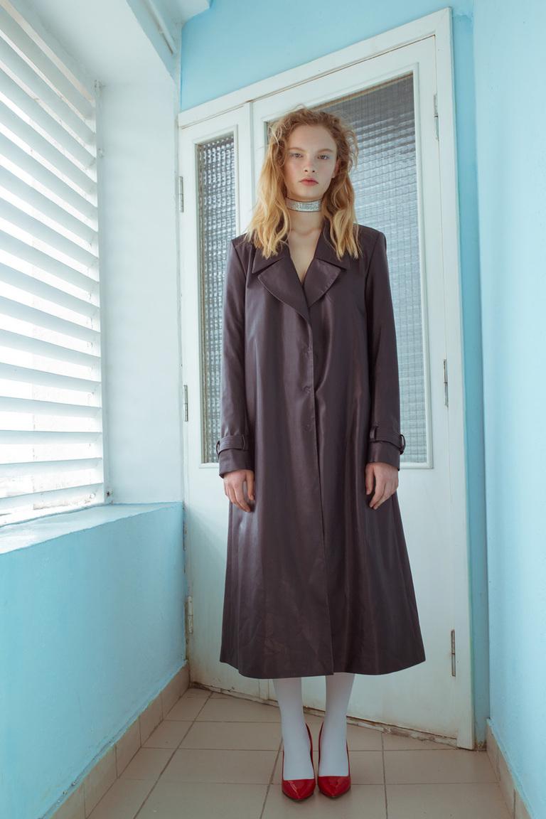 На фото: ультра-длинные пальто осень-зима 2016-2017 из коллекции Medea-Maris.