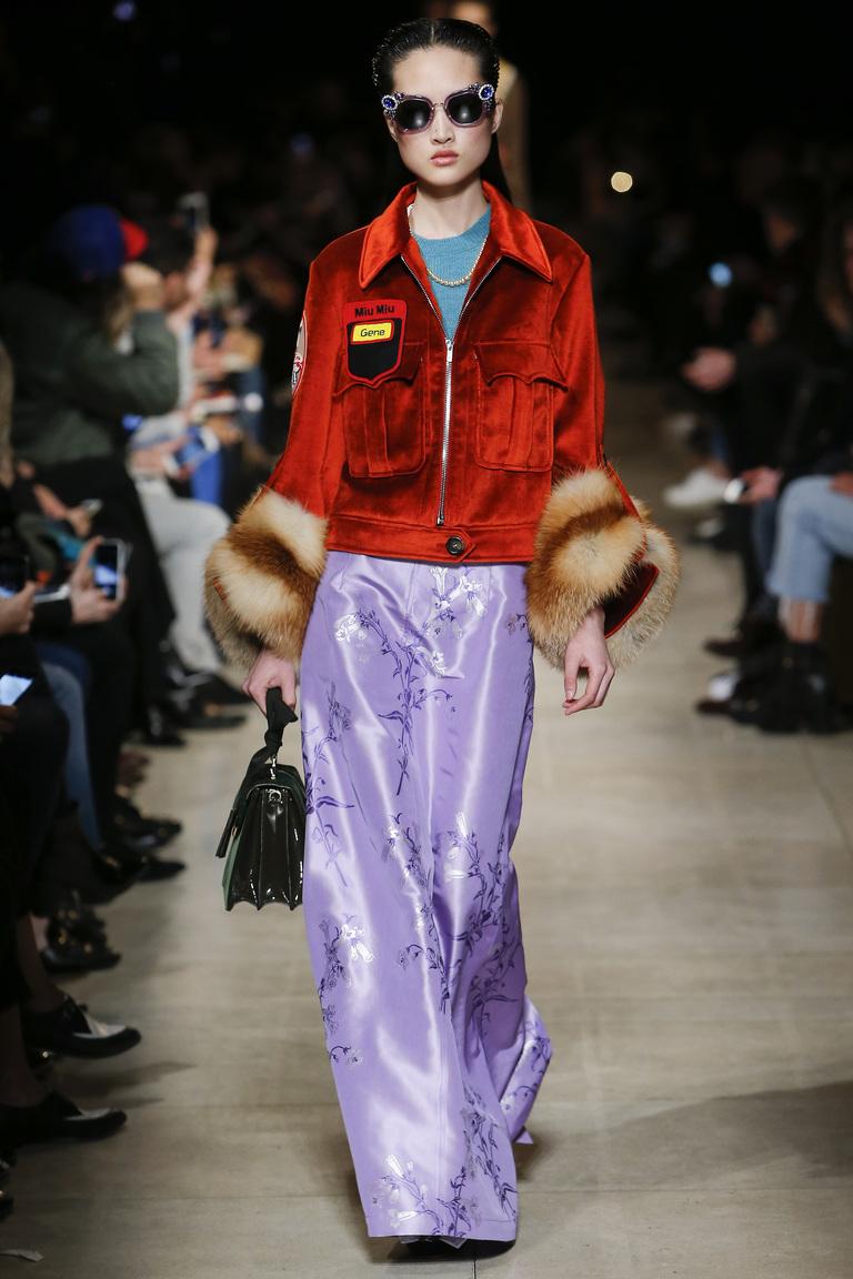 Оранжевая короткая куртка с голубым длинным платьем. Экстремальное сочетания, но вот такая она - мода 2017 года.