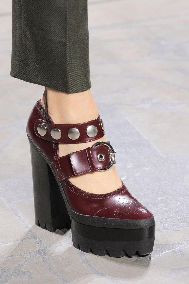 На фото: модные туфли на платформе с ремешками сезона осень-зима 2016-2017 – это использование ремешков из коллекции Mulberry.