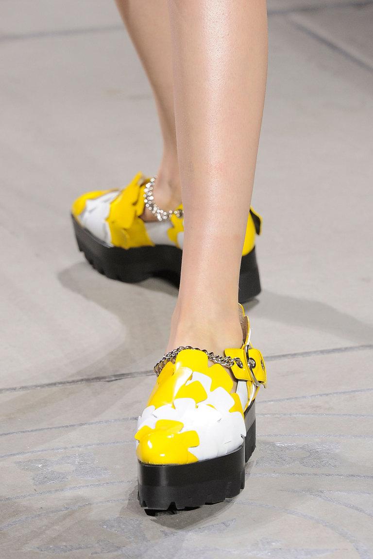 На фото: модные туфли на платформе ярко желтого цвета сезона осень-зима 2016-2017 из коллекции Mulberry.
