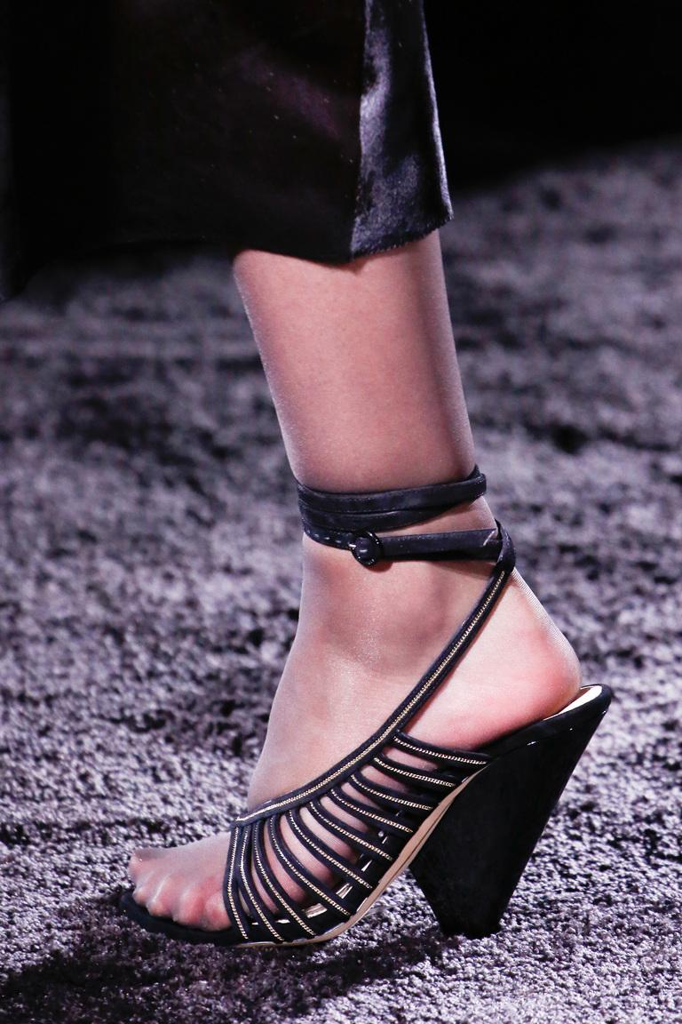 На фото: тренд туфель осень-зима 2016-2017 – это использование ремешков из коллекции Nina-Ricci.