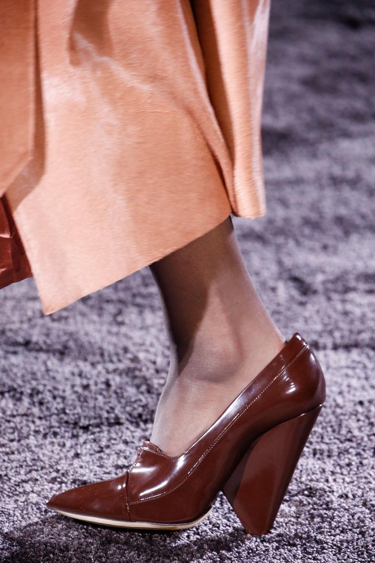На фото: блестящие детали и металлическая кожа Актуальная обувь сезона осень/зима 2017 из коллекции Nina-Ricci.