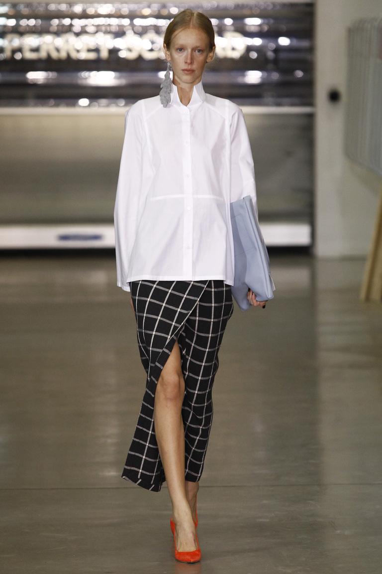 На фото: блузка в стиле oversize сезона осень-зима 2016-2017 из коллекции So-Number-One.