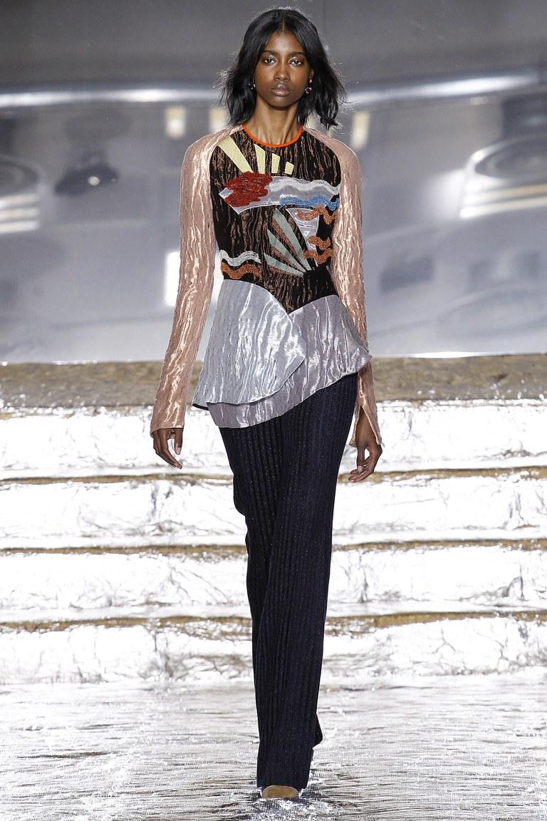 На фото: блузеа с геометрическим принтом сезона осень-зима 2016-2017 из коллекции Peter-Pilotto.