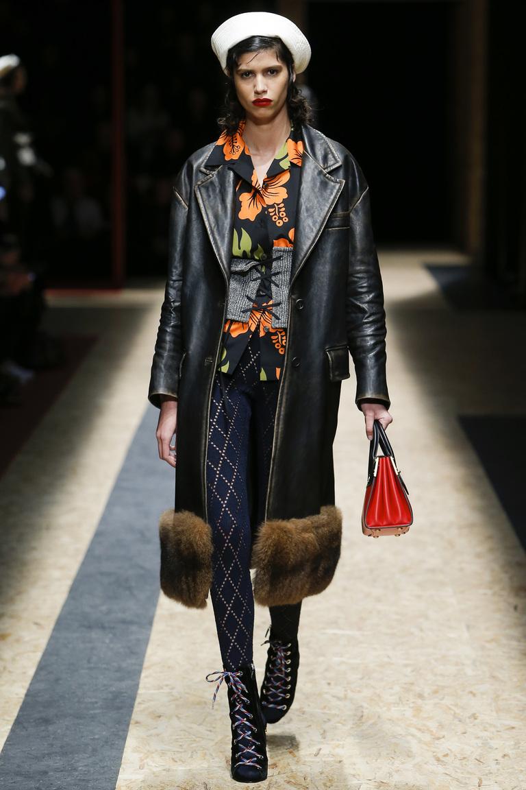 На фото: утепленная куртка с меховой отделкой из коллекции Prada.