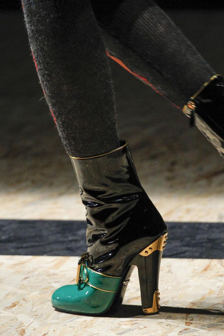 На фото: блестящие детали и металлическая кожа Актуальная обувь сезона осень/зима 2017 из коллекции Prada.
