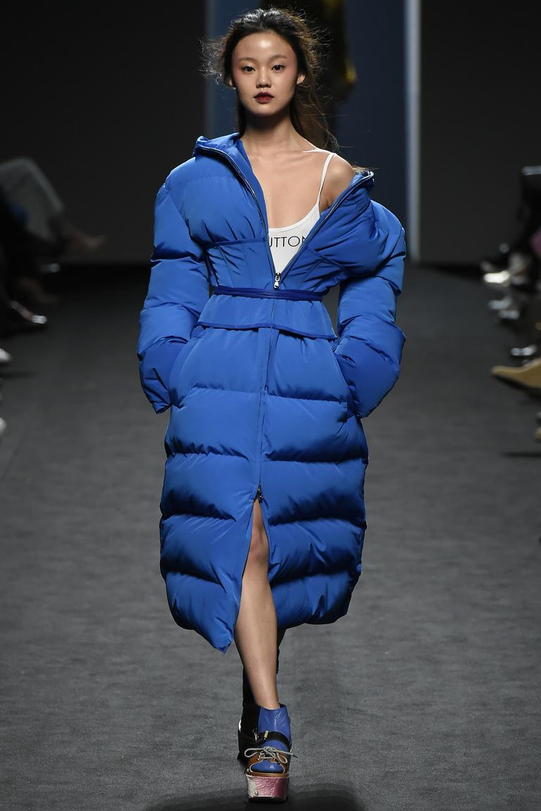 На фото: объемный пуховик – модная верхняя одежда зимы 2017из коллекции Pushbutton.