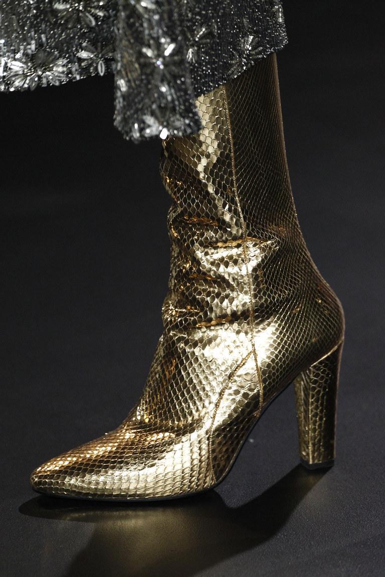 На фото: блестящие детали и металлическая кожа Актуальная обувь сезона осень/зима 2017 из коллекции Saint-Laurent.