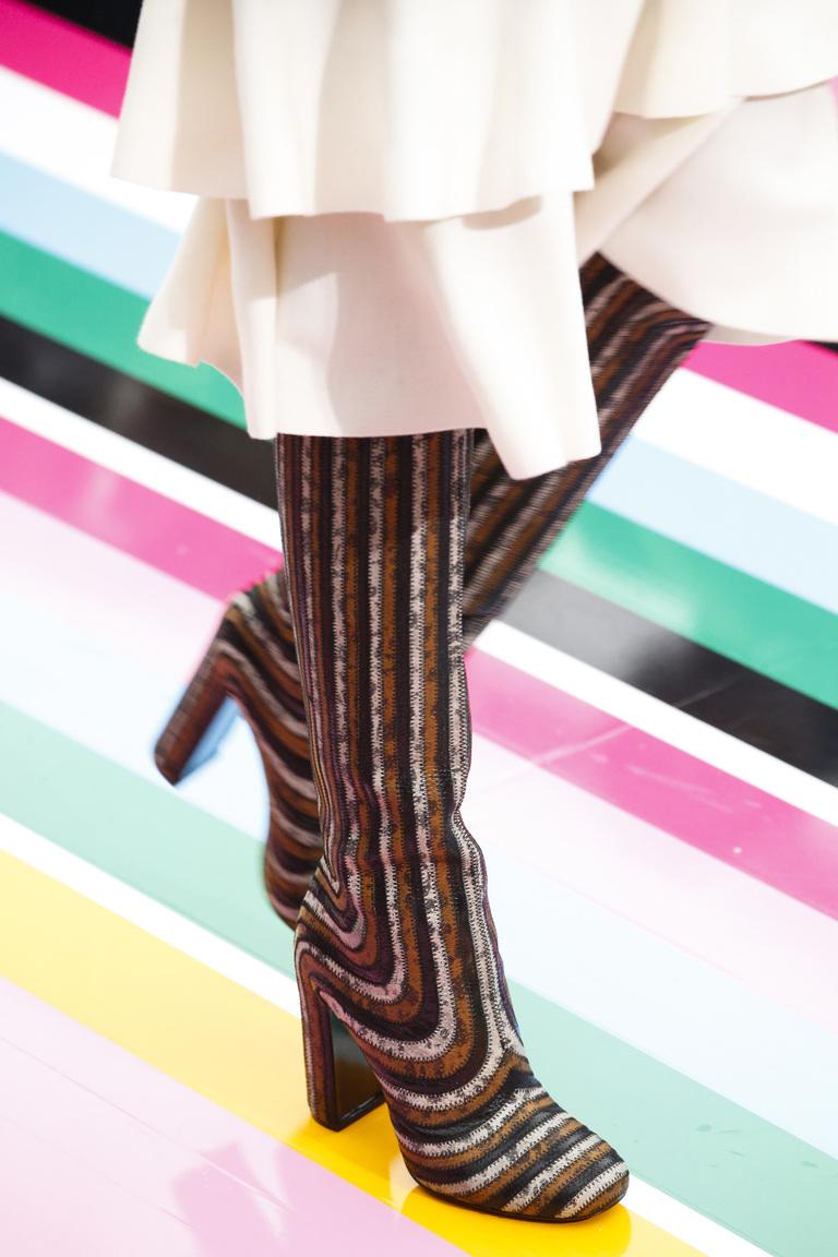 На фото: модные сапоги в полоску– тренд осени 2016 и зимы 2017 из коллекции Salvatore-Ferragamo.