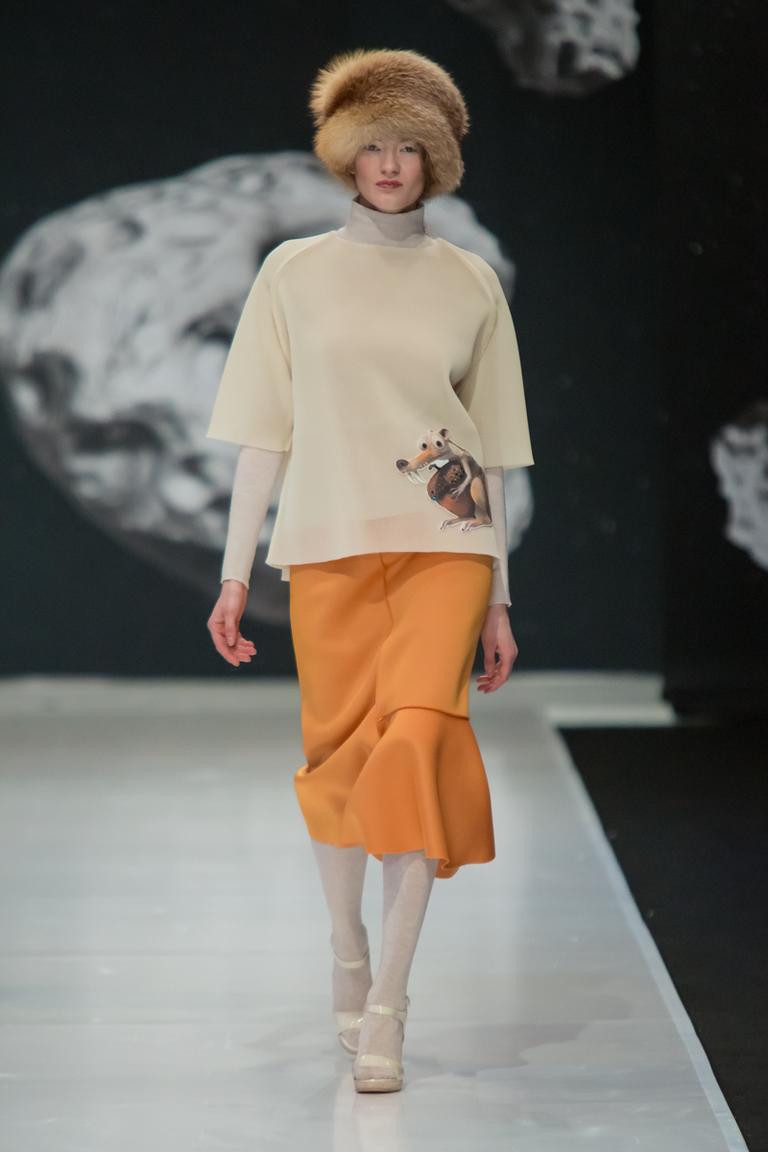 На фото:  цвет одежды осень-зима 2016-2017 -  пряная горчицаиз коллекции Sergey-Sysoev.