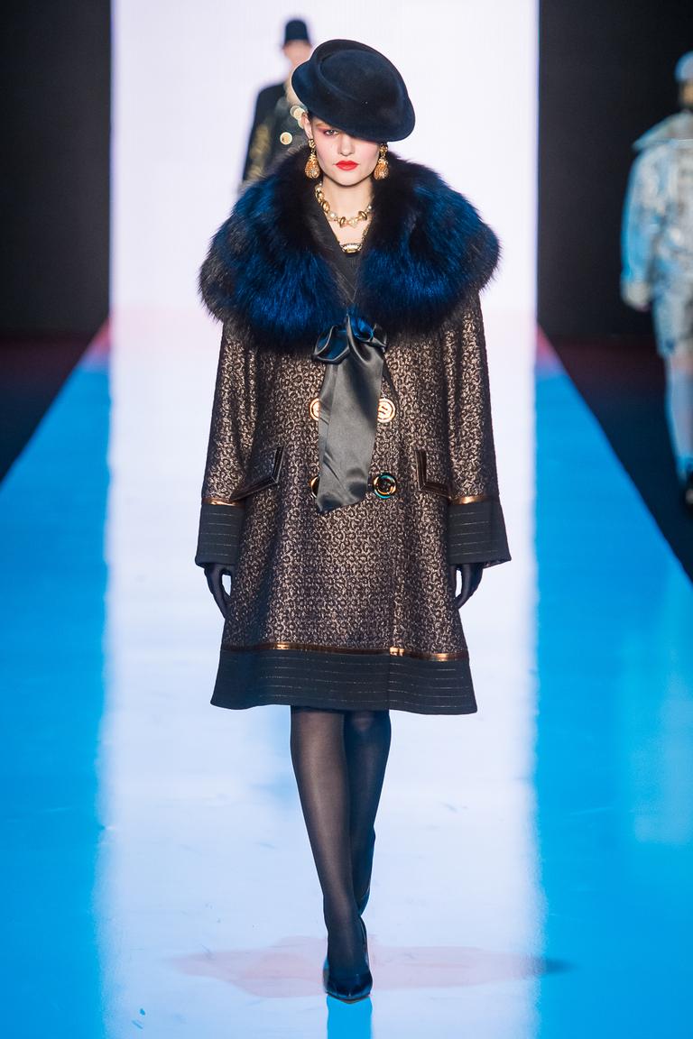 На фото: модное пальто осень-зима 2016-2017 из коллекции Slava-Zaitsev.