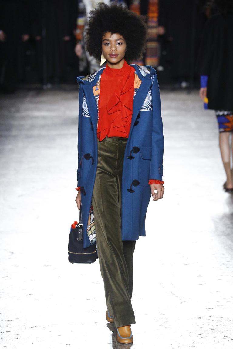 На фото: блузка алый цвет сезона осень-зима 2016-2017 из коллекции Stella-Jean.