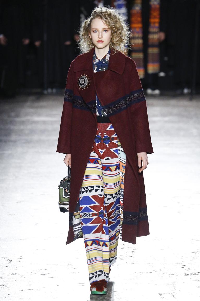 На фото: модный цвет одежды сезона осень-зима 2016-2017 из коллекции  Stella-Jean.
