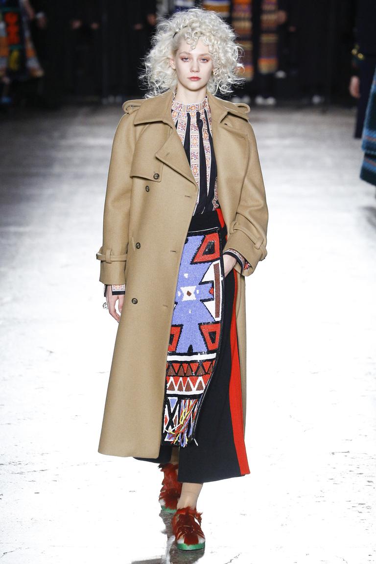 На фото: серо-коричневый цвет одежды сезона осень-зима 2016-2017 из коллекции Stella-Jean.