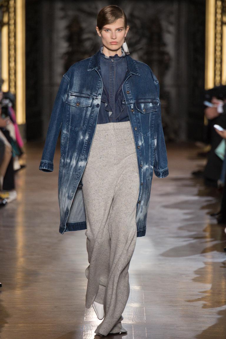 На фото: куртки из денима – тренд осени 2016 и зимы 2017 из коллекции Valentin Yudashkin.