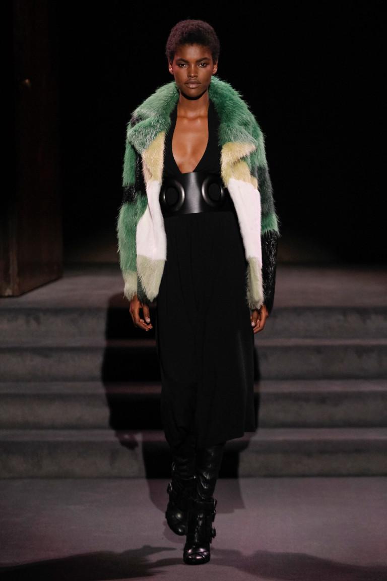 На фото: модный цвет одежды сезона осень-зима 2016-2017 из коллекции Tom-Ford.