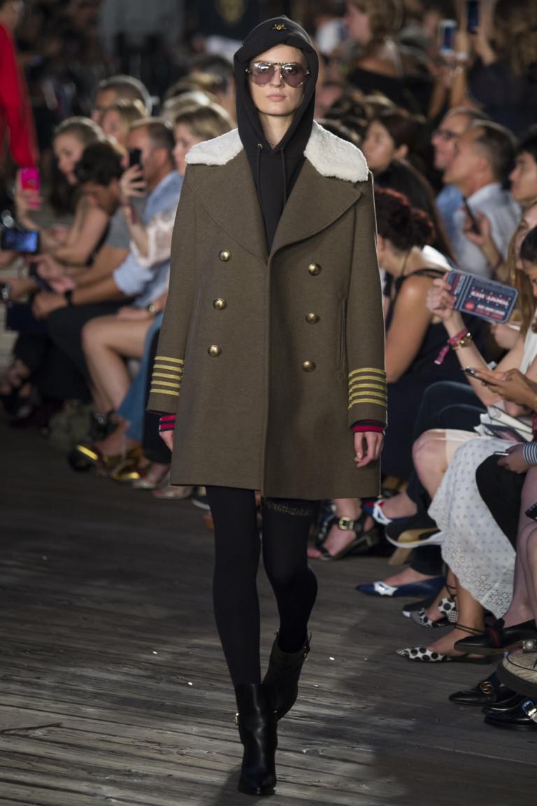 На фото: серо-коричневый цвет одежды сезона осень-зима 2016-2017 из коллекции Tommy-Hilfiger.