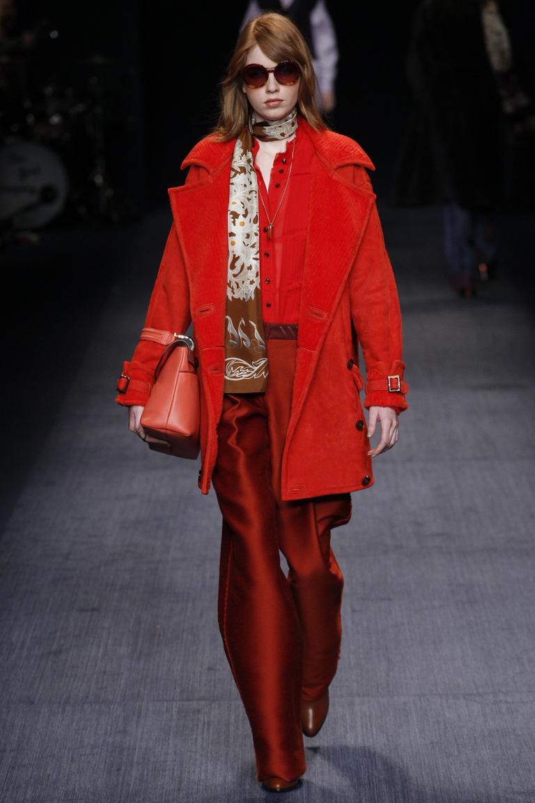На фото: ярко-алый оттенок – модный цвет сезона осень-зима 2016-2017 из коллекции Trussardi.