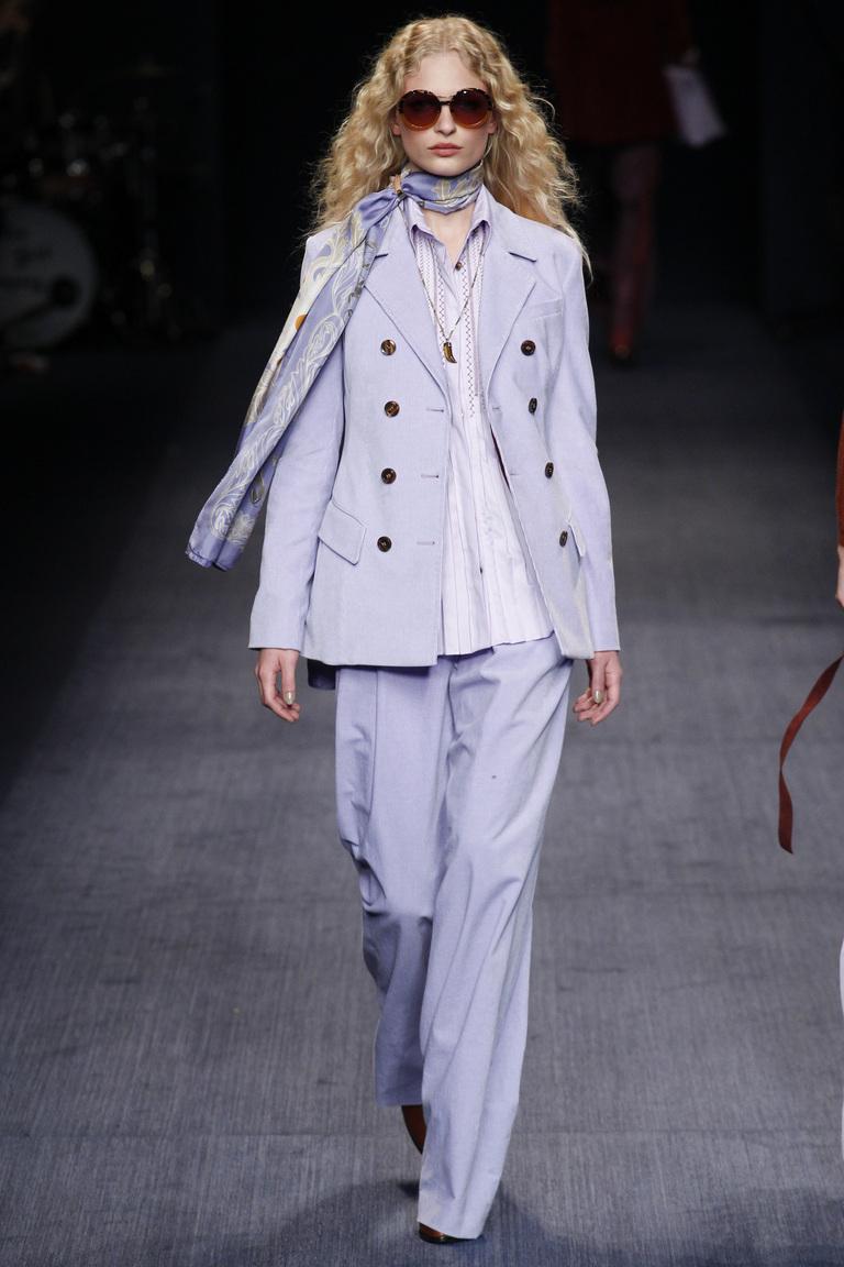 На фото:  нежный сиреневый цвет одежды осень-зима 2016-2017 из коллекции Trussardi.