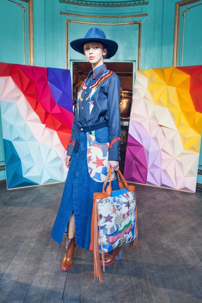 На фото: смнмй цвет одежды сезона осень-зима 2016-2017 из коллекции Tsumori-Chisato.