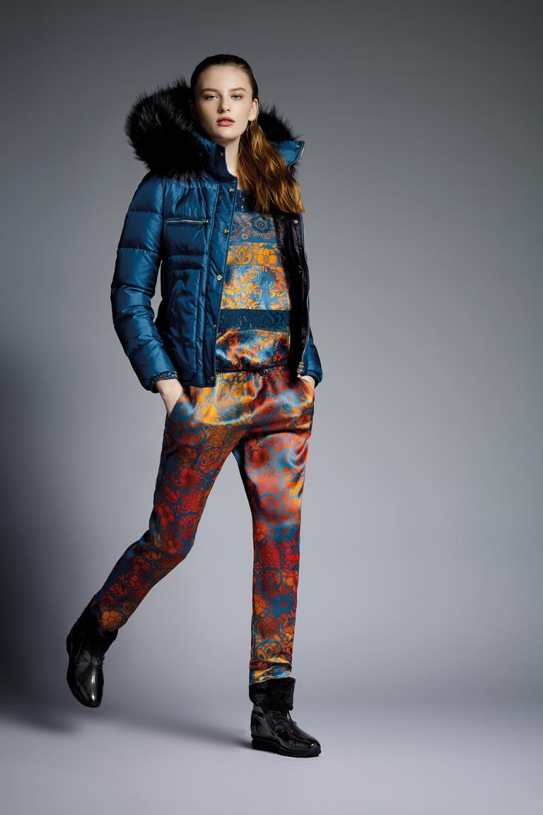 На фото: легкая верхняя одежда: курткиа с принтом сезона осень-зима 2016-2017 из коллекции VDP.