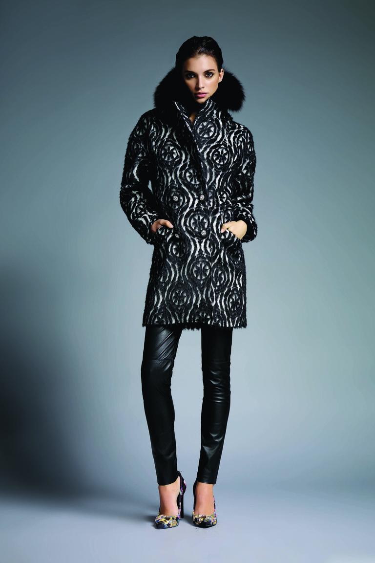 На фото: объемный пуховик – модная верхняя одежда зимы 2017из коллекции VDP.