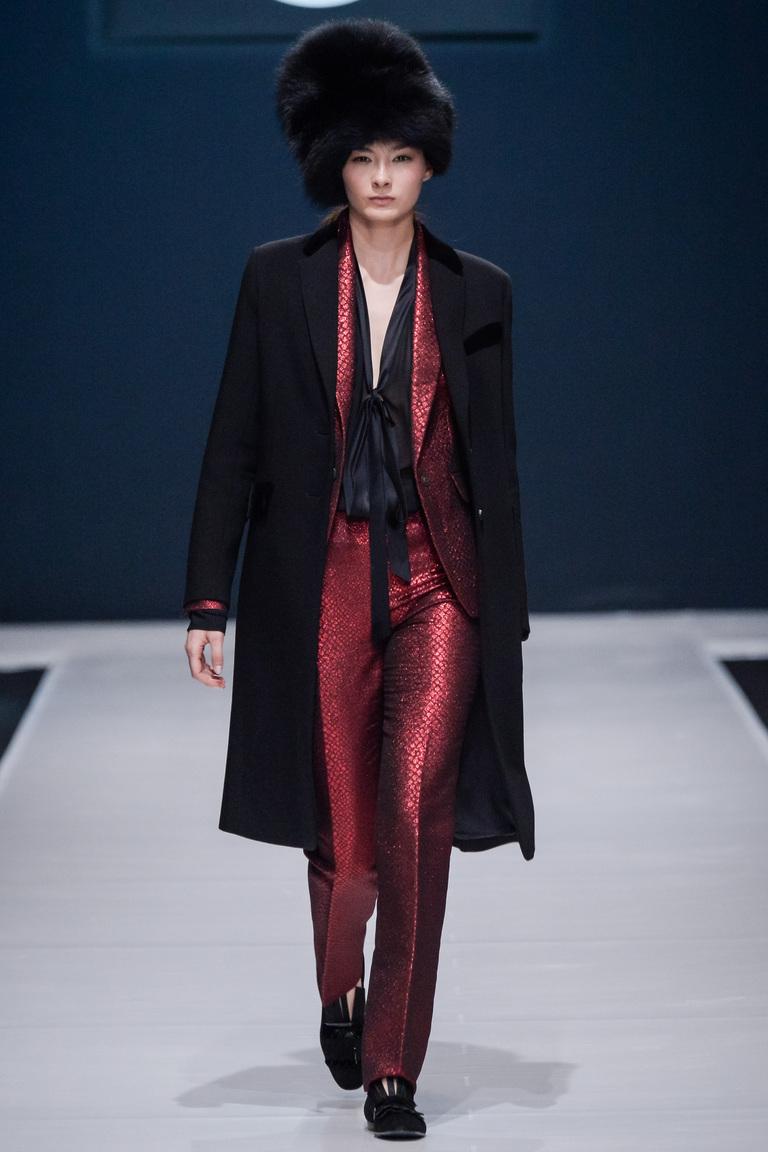 На фото: модный цвет одежды сезона осень-зима 2016-2017 из коллекции Valentin-Yudashkin6.