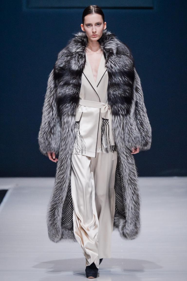 На фото: верхняя одежда в стиле кантри сезона осень-зима 2016-2017 из коллекции Valentin-Yudashkin.