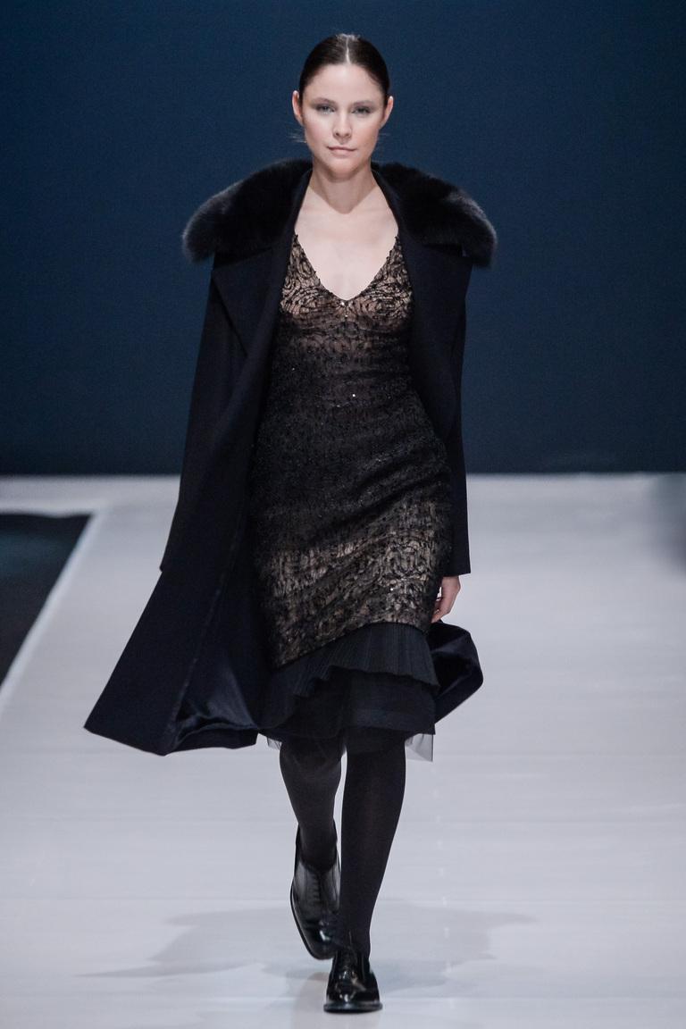 На фото: черное пальто с принтом осень-зима 2016-2017 их коллекции Valentin Yudashkin.