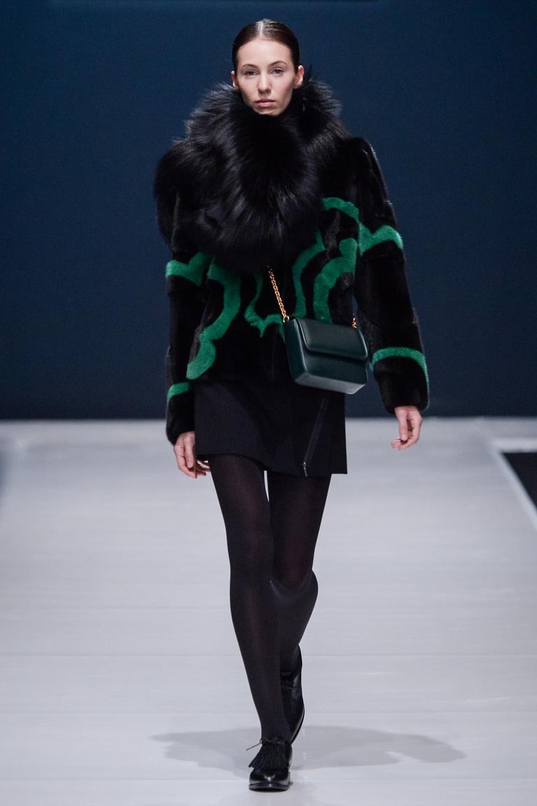 На фото: легкая верхняя одежда: курткиа с принтом сезона осень-зима 2016-2017 из коллекции Valentin-Yudashkin.