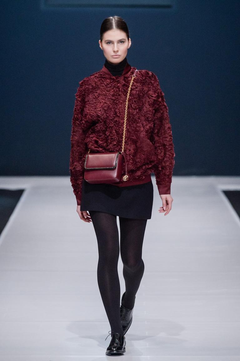 На фото: утепленная куртка с меховой отделкой из коллекции Valentin Yudashkin.