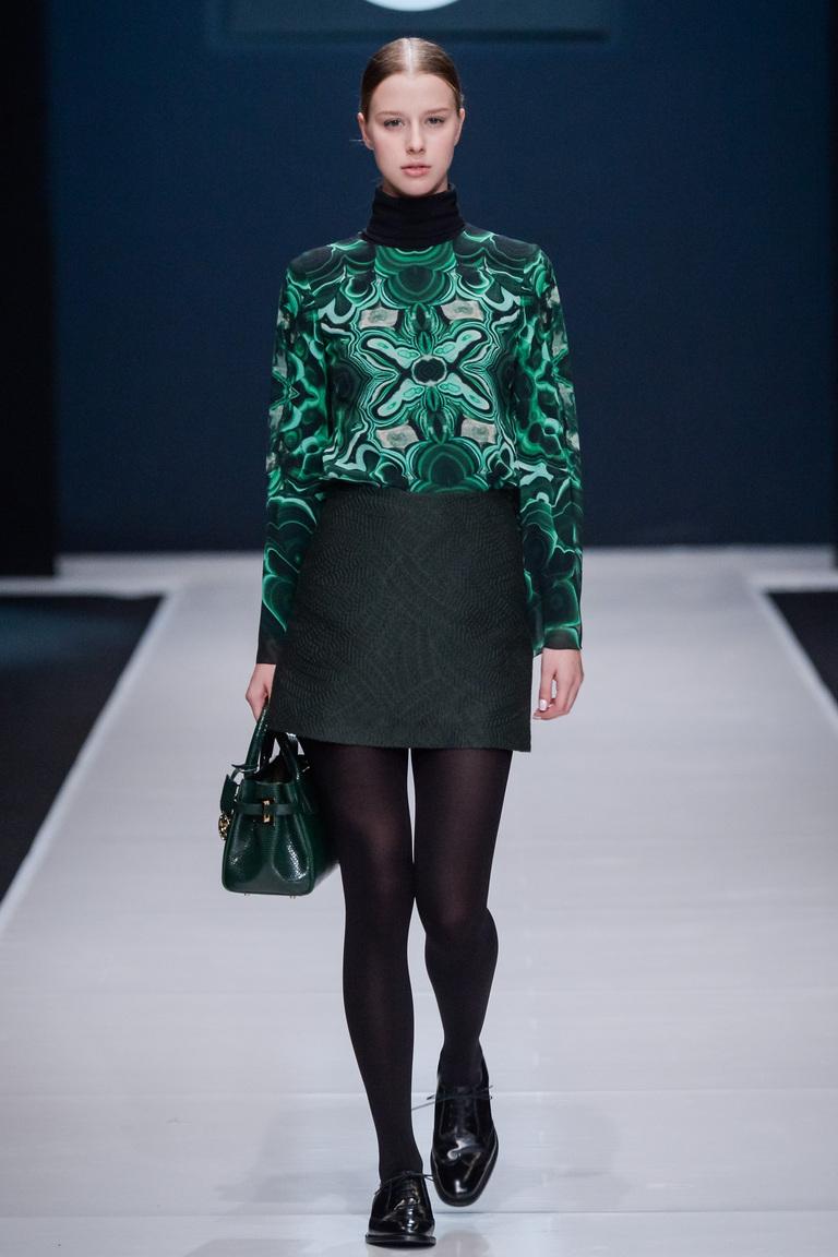 На фото модная кофта осень-зима 2016-2017 из коллекцииValentin-Yudashkin .