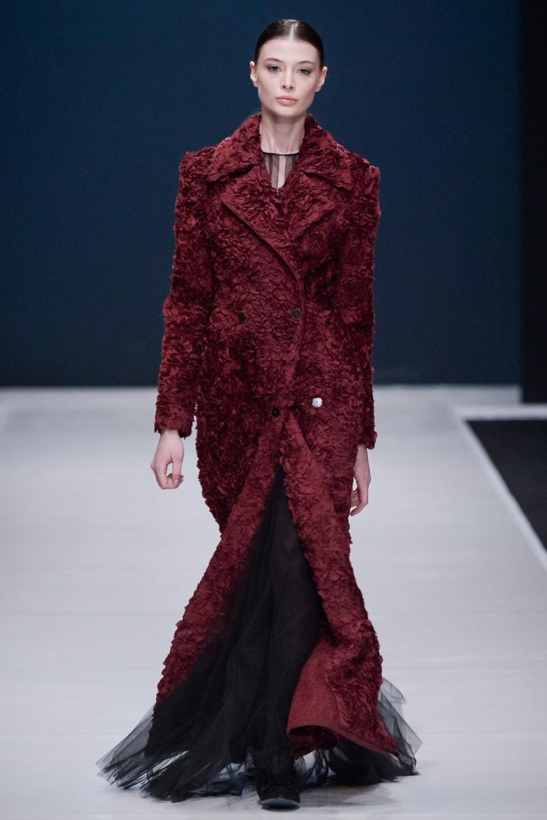На фото: модное длинное пальто осень-зима 2016-2017 из коллекции Valentin Yudashkin.