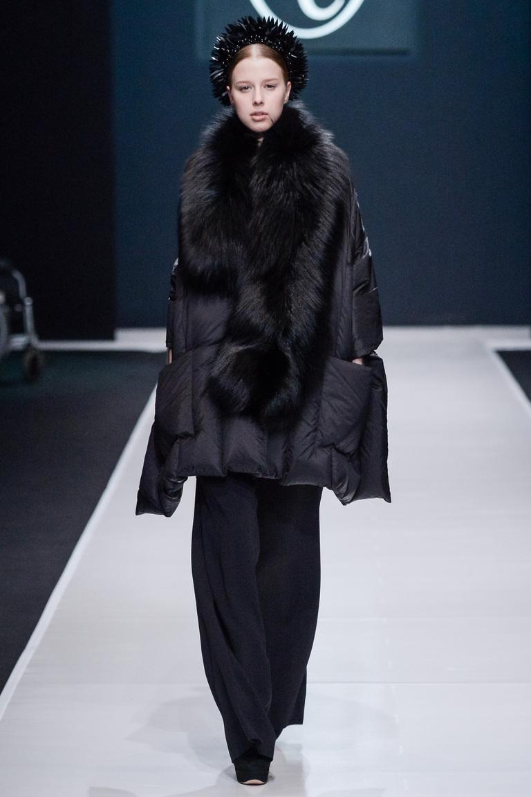На фото: объемный пуховик – модная верхняя одежда зимы 2017из коллекции Valentin-Yudashkin.