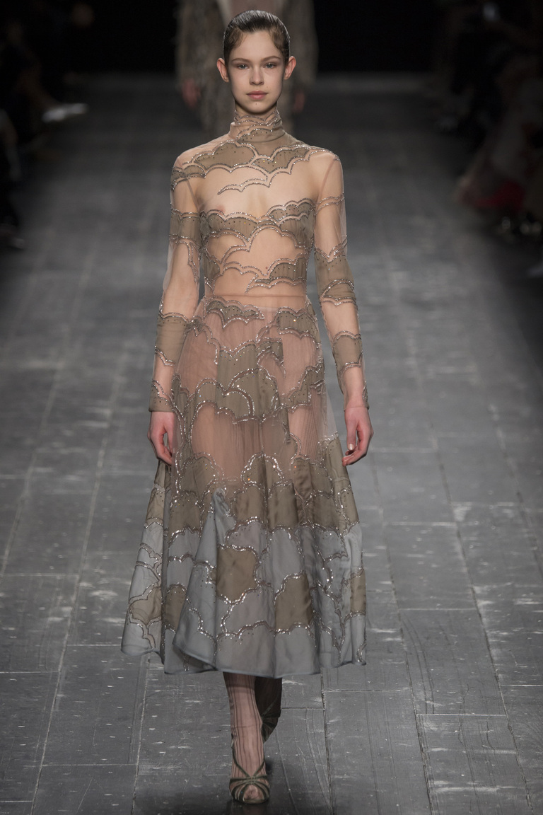 Модное платье 2017 - фото новинка из коллекции Valentino.