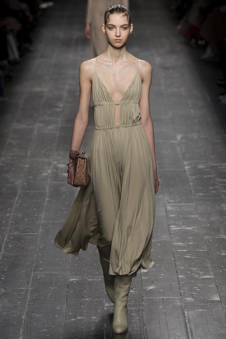 Вот еще один тренд от модного дома Valentino. Скромное серое платье. Вот так видят моду 2017 года.