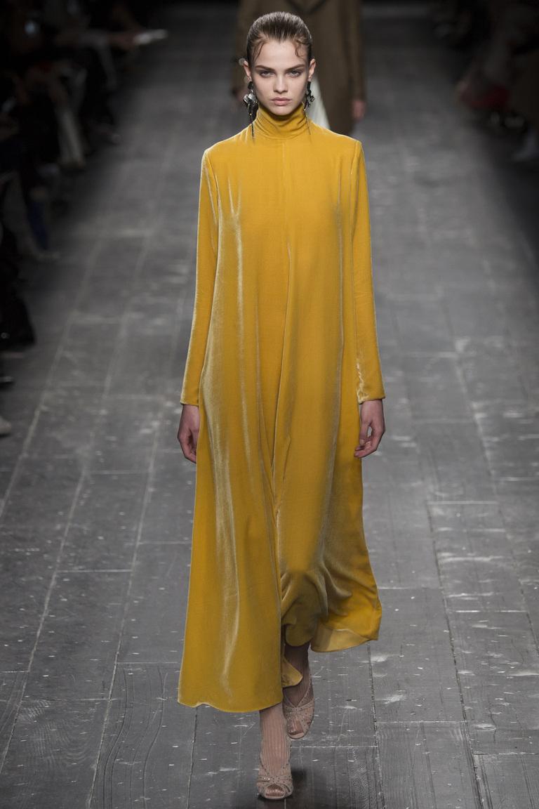 На фото:  цвет одежды осень-зима 2016-2017 -  пряная горчицаиз коллекции  Valentino.