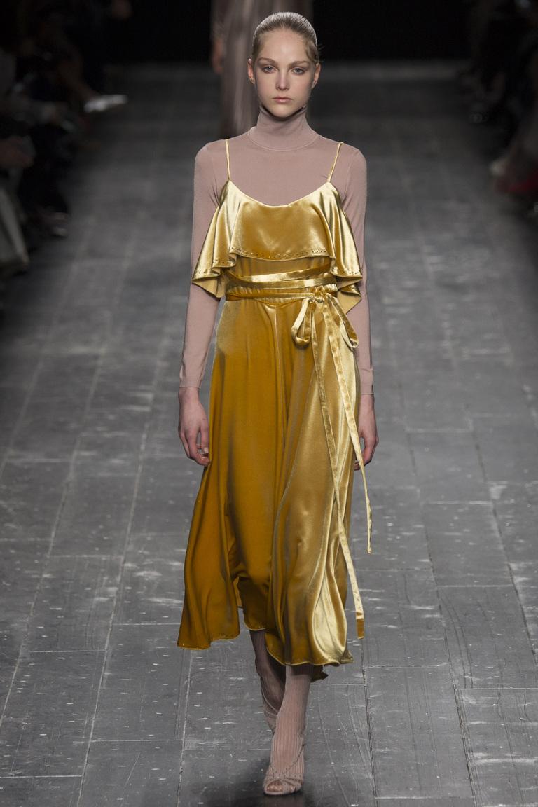 На фото: золотистая глина модный цвет сезона осень-зима 2016-2017 из коллекции  Valentino.