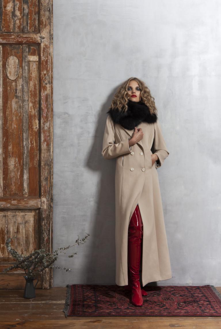 На фото: ультра-длинные пальто осень-зима 2016-2017 из коллекции Valevskay.