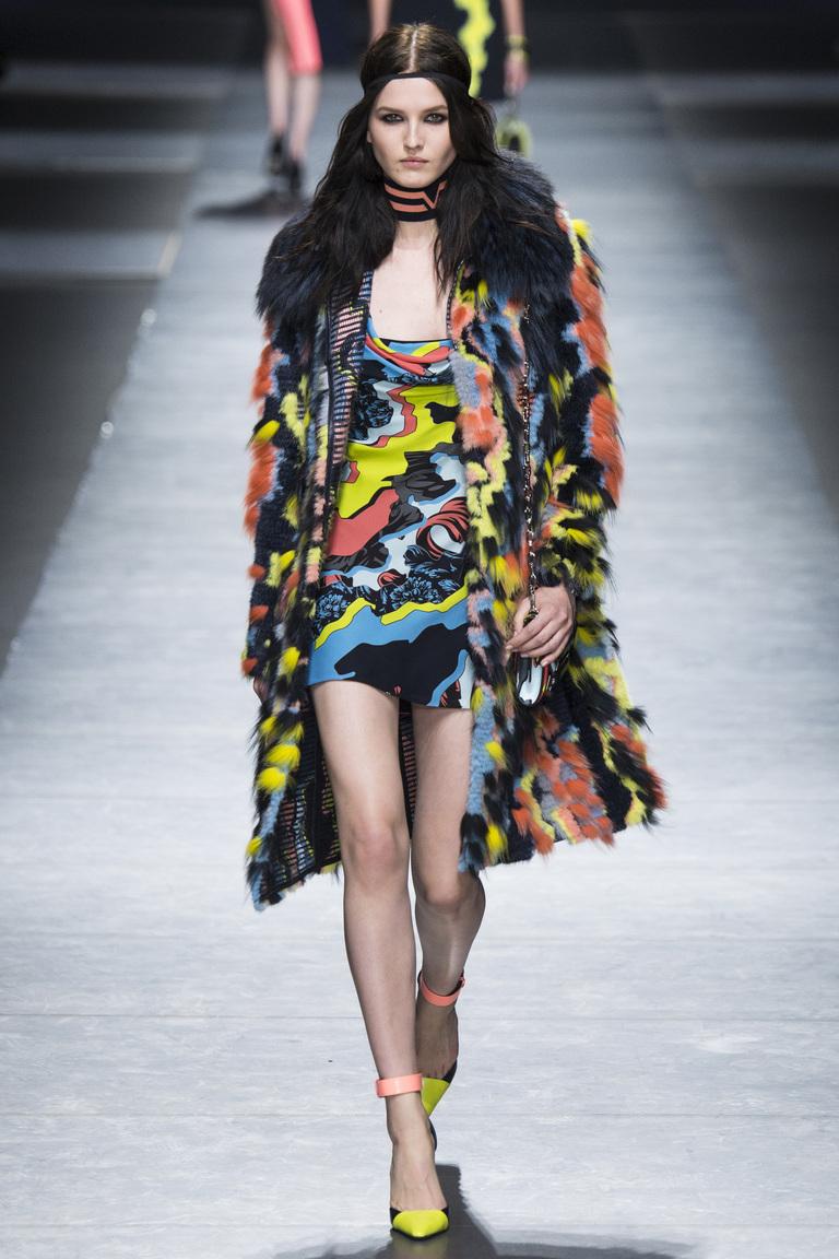 Мода 2017: главныхй тренд года - шуба из меха ярких цветов из коллекции Versace.