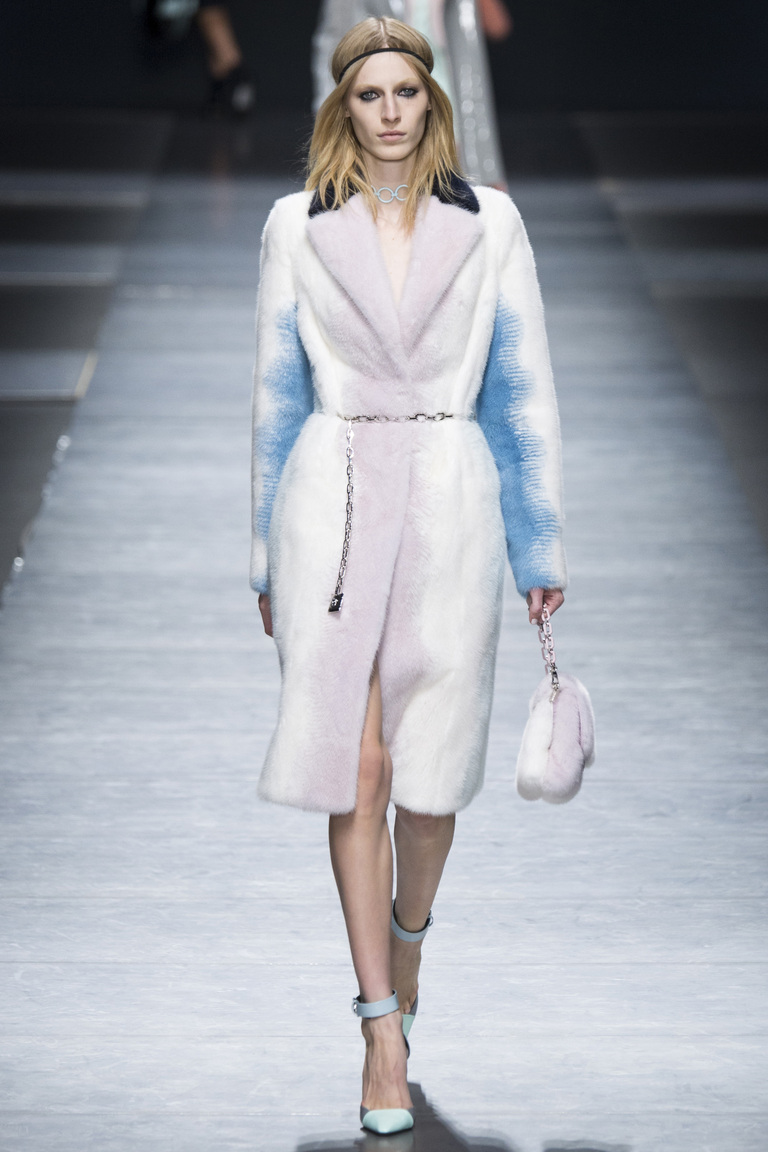 Бело-голубая шуба - фото новинки и тренды моды 2017. Коллекция Versace.