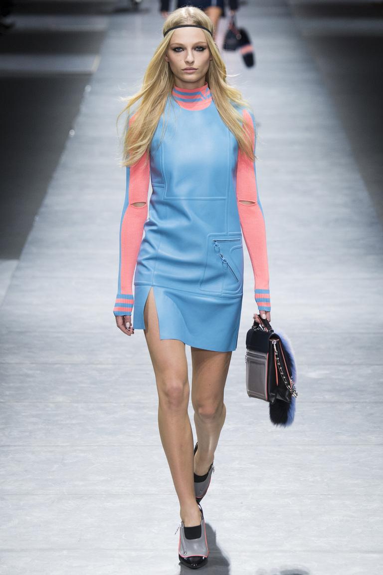 На фото: смнмй цвет одежды сезона осень-зима 2016-2017 из коллекции Versace.