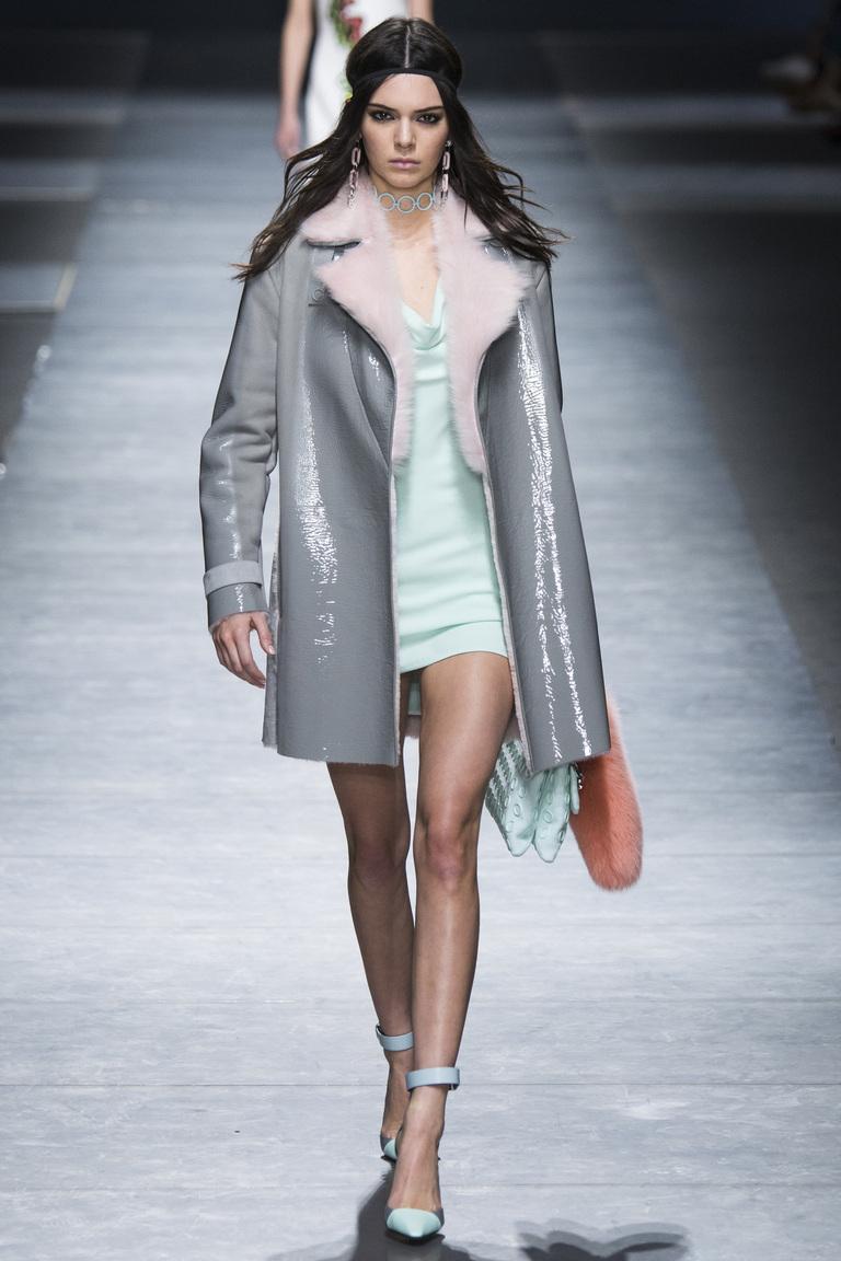 Серая блестящая дубленка - фото новинки из коллекции Versace 2017