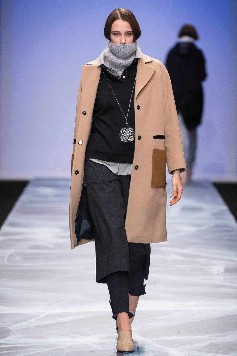 На фото: укороченное пальто-накидка трапециии сезона осень-зима 2016-2017 из коллекции Victoria-Andreyanova.