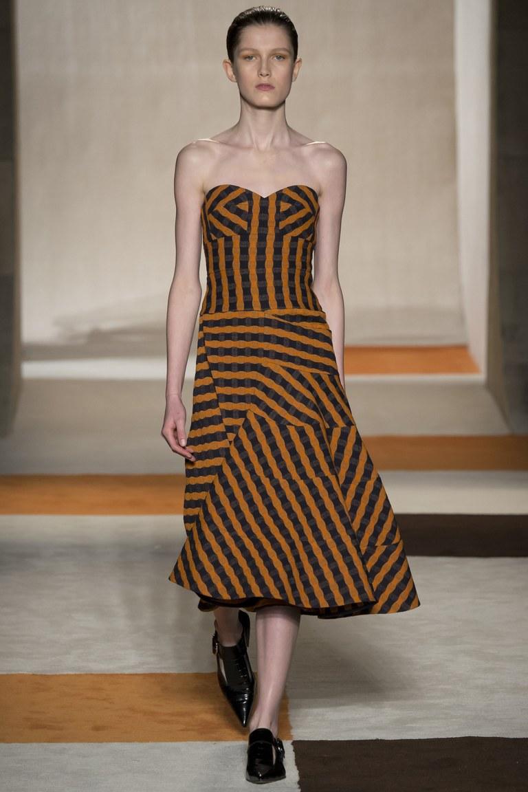 На фото: модный цвет одежды сезона осень-зима 2016-2017 из коллекции Victoria-Beckham.