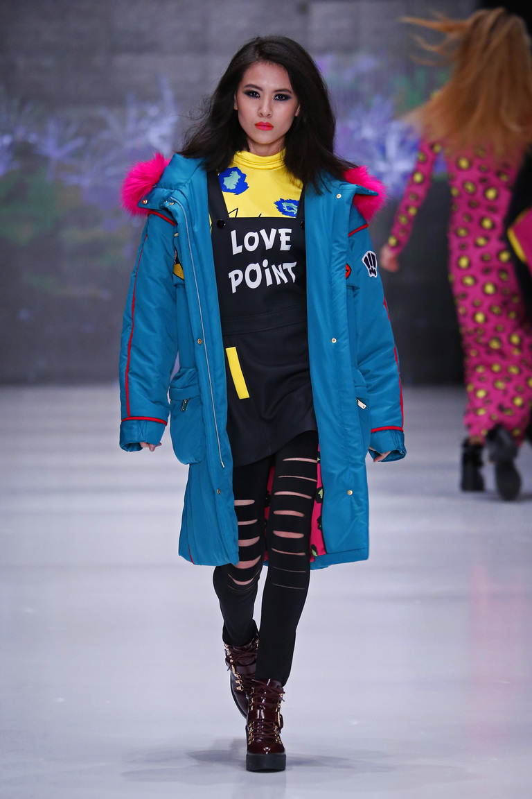 На фото: вещи в стиле оверсайз – модный тренд осени и зимы 2016-2017 из коллекции Vika-Smolyanitskaya.